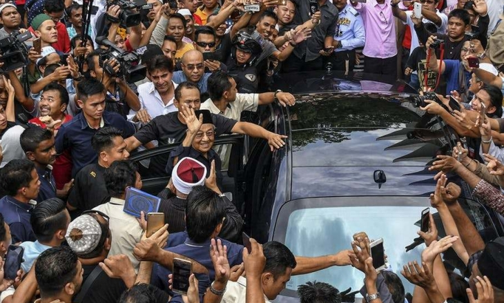 Mahathir and the crowd after Friday prayer